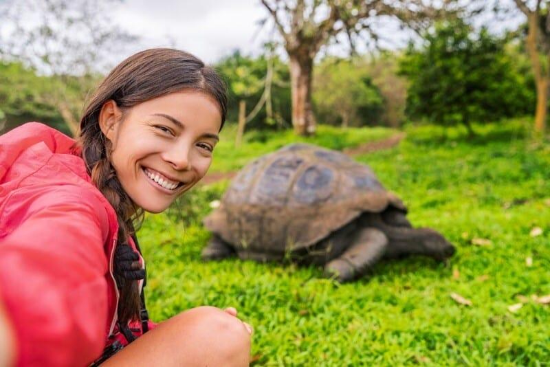 Viaggio alle isole Galapagos - cosa vedere, cosa fare, la guida 2021 Selfie con tartaruga gigante