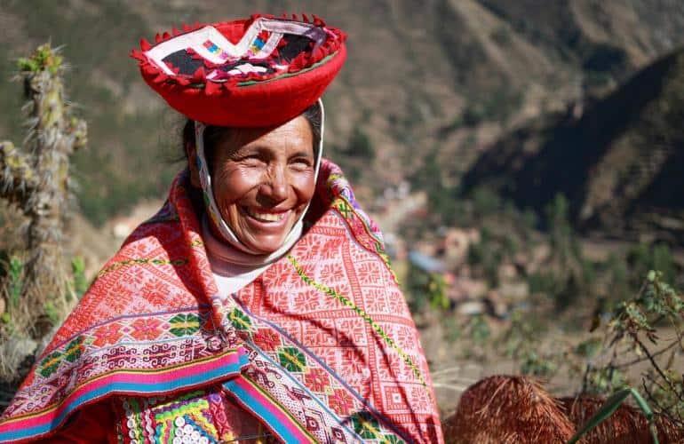 """Dieci intensissimi giorni alla scoperta del Perù! Incomincerete questo viaggio visitando Lima, cuore commerciale, finanziario, culturale e politico del Paese, per volare il giorno dopo alla volta di Arequipa, conosciuta come la """"Città bianca"""" per i suoi begli edifici in sillar (roccia vulcanica). Imperdibile la visita al magnifico e celebre Monastero di Santa Catalina, una vera città della nella città Partenza poi in direzione del Canyon del Colca per avere l'opportunità di osservare il maestoso volo dei condor. Poi sarà la volta del lago Titicaca, il lago navigabile piú alto del mondo (3810 m), dove visiterete le isole galleggianti degli Uros, fornate da canna di totora e la magica isola di Taquile, dove gli uomini lavorano all'uncinetto. Gran finale con Cusco, la Valle Sacra e Machu Pucchu!"""